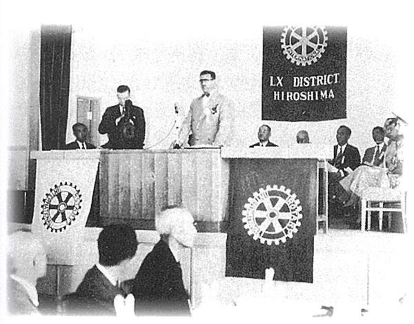 加盟認証状伝達式(壇上起立 左から手島知健第60区ガバナー、パーシー・ホジソンRI会長)
